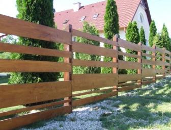 Akác kerítés borovi FÉNYLAKK-al , felújítva 2010 (fotó 2012 június )